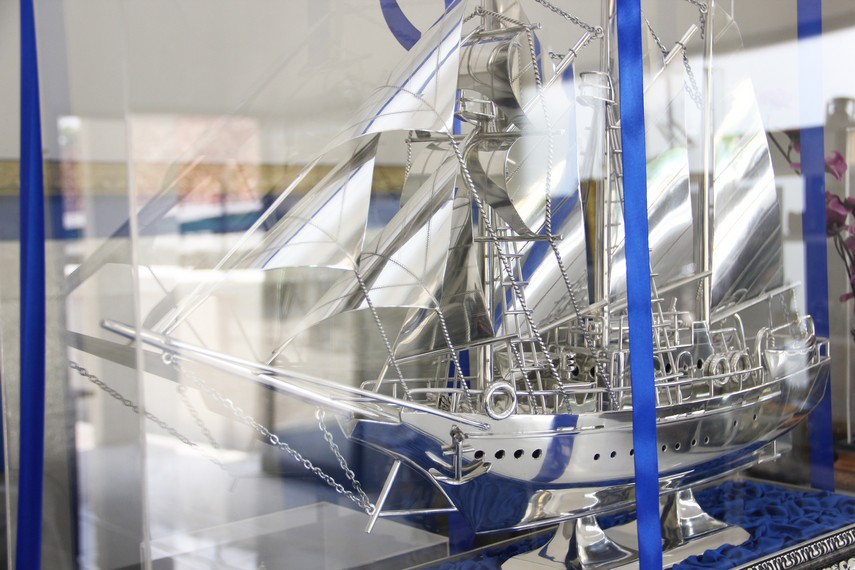 Replika perahu phinisi menjadi salah satu cenderamata yang paling banyak diburu pengunjung di Sentra Kerajinan Pewter