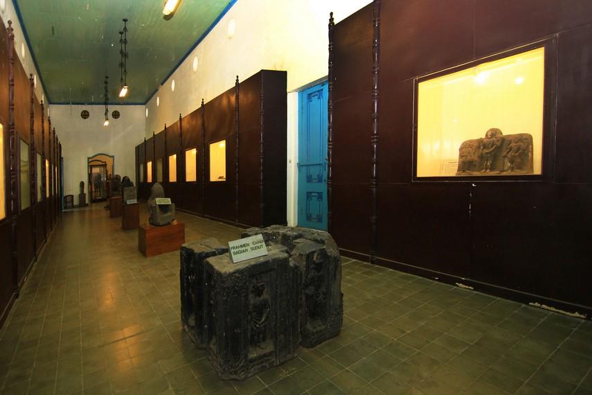 Ruang Arca yang memamerkan berbagai arca seperti Buddha, Buddha Avalokiteswara, dan peninggalan zaman purbakala