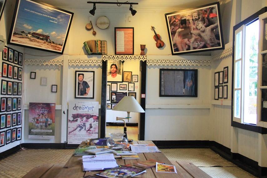 Ruang utama yang nyaman untuk pengunjung yang ingin duduk bersantai sambil membaca buku yang diletakan di atas meja