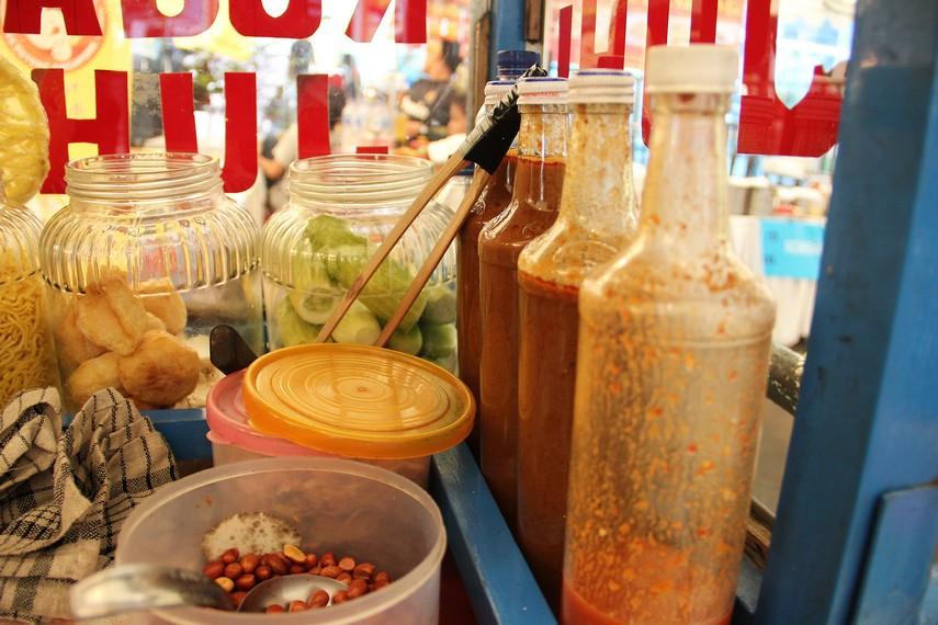 Rujak Juhi mengunakan saus kacang sebagai bumbu siramannya