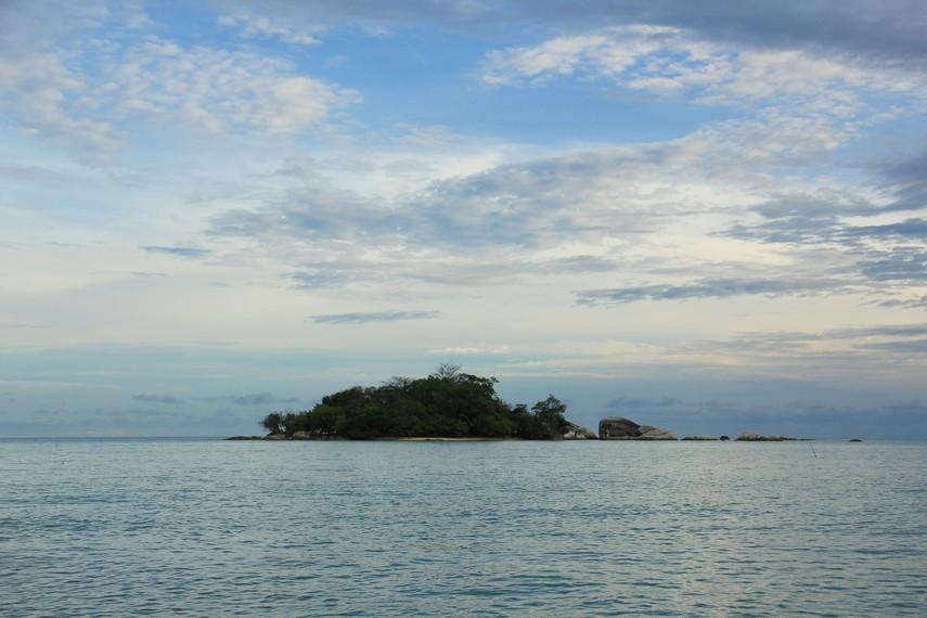 Salah satu pulau yang bisa dinikmati saat berada di Pantai Tanjung Kiras