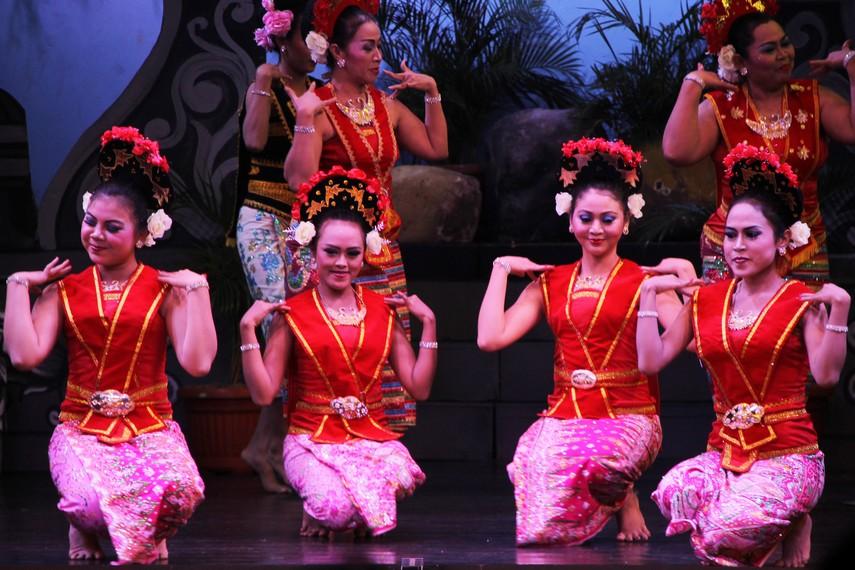 Sama halnya dengan tari muda-mudi lainnya, tari yapong juga menggambarkan suasana pergaulan di kalangan muda-mudi