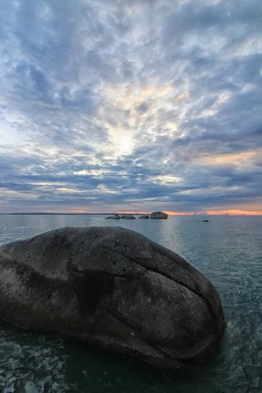Sama seperti pantai di Kawasan Belitung lainnya, Pantai Awan Mendung juga memiliki pemandangan batu granit yang indah