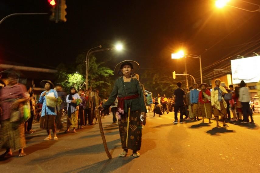 Sambutan dari masyarakat Kota Solo di sepanjang jalan yang ingin menyaksikan langsung kemeriahan Solo Karnaval