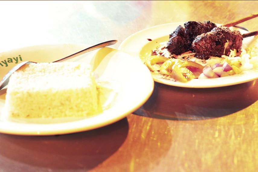 Sate bunthel disajikan bersama sambal kecap serta irisan bawang merah dan kol