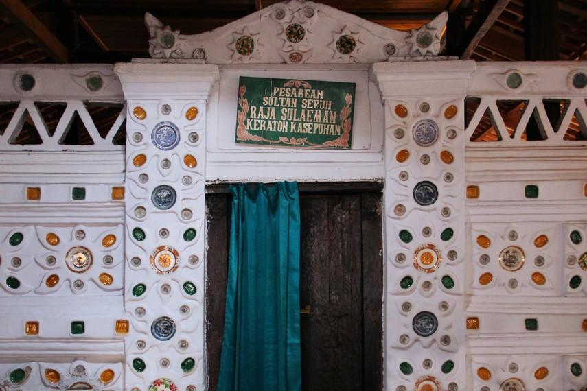 Selain Makam Sunan Gunung Jati terdapat juga keturunan dan para kerabat Sunan seperti makam Fatahillah dan Pangeran Cakrabuana