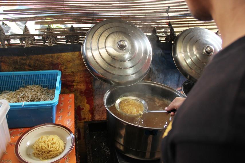 Setelah direbus, mie koba akan ditambah siraman kuah ikan tenggiri yang membuat rasa mie ini begitu khas