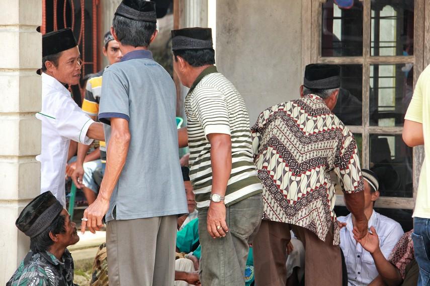Seusai memanjatkan doa, seluruh warga bersalaman satu sama lain dan dilanjutkan dengan acara makan bersama