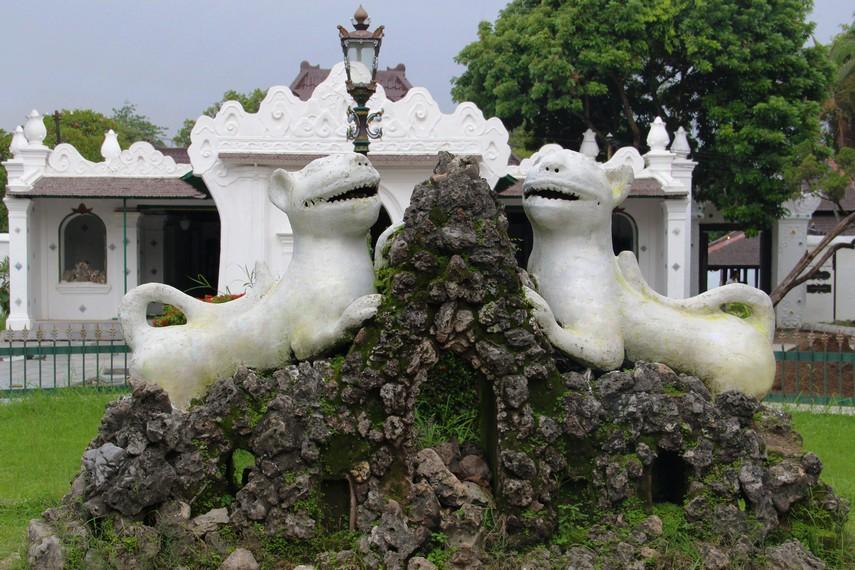 Singa putih melambangkan Keraton Kasepuhan masih mengingat leluhurnya yaitu Prabu Siliwangi dari Kerajaan Padjajaran