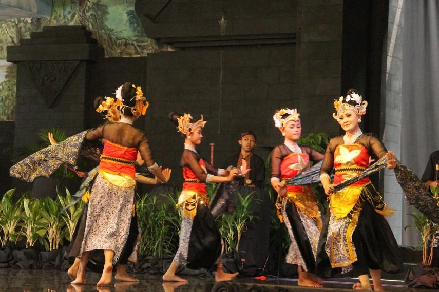 Tari Batik Pace diiringi alunan musik yang berasal dari 2 orang pemukul tabuh perkusi dan 2 orang lain memainkan slenthem