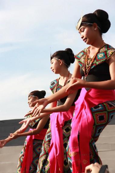 Tari Sandang Insana biasa dipentaskan oleh enam orang perempuan dengan memakai pakaian adat NTT yang dilengkapi dengan mahkota bulan