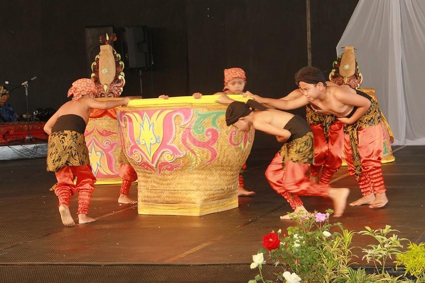 Tari boboko mangkup yang melibatkan satu penari laki-laki, lima penari perempuan dan enam penari anak-anak