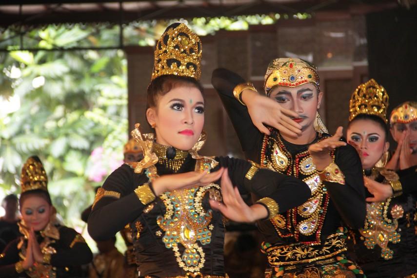 Uniknya, tata rias para penari ini dibuat secantik dan setampan mungkin dengan tujuan untuk mempertegas aksen karakter
