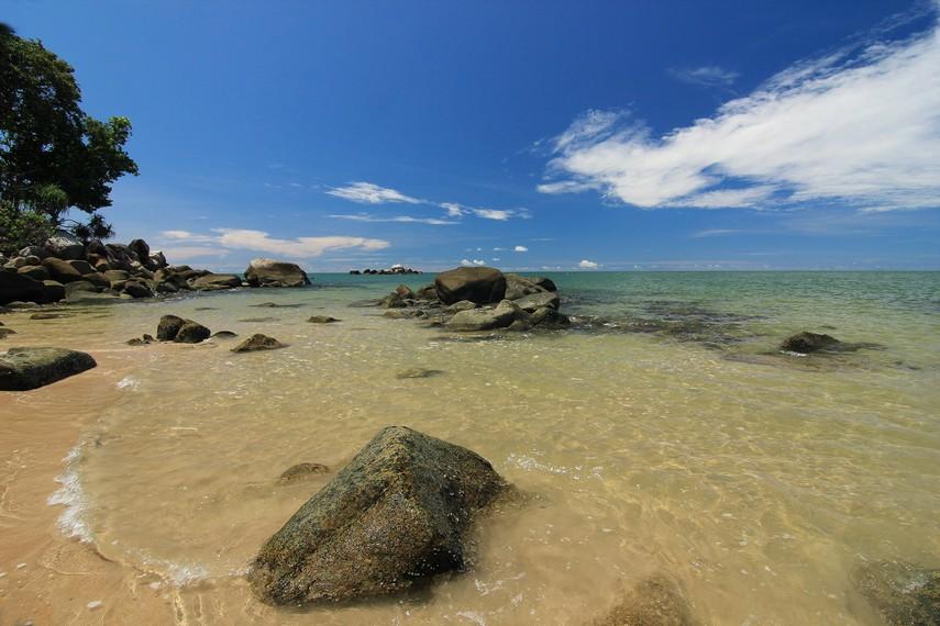 Untuk mencapai Pantai Tanjung Batu, pengunjung harus berjalan sekitar 1 km menyusuri jalan setapak