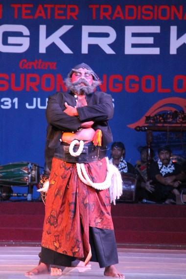 Warok Suromenggolo menjadi tokoh protagonis yang memegang teguh ajaran kemanusiaan
