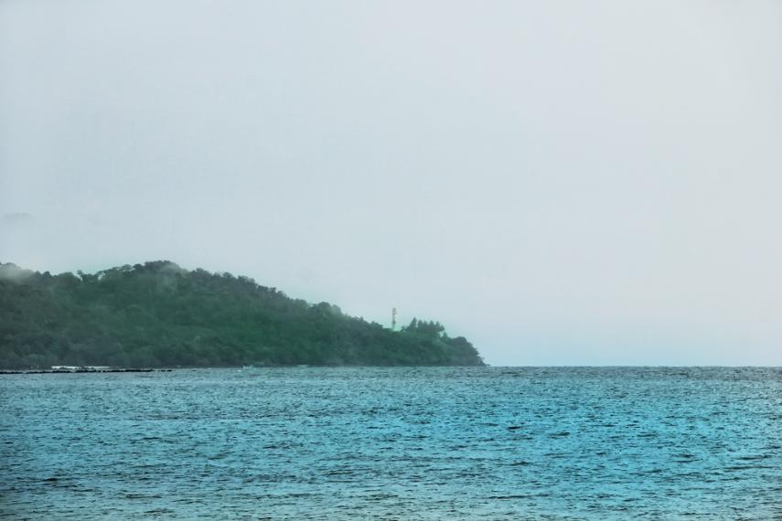 Pemandangan hijaunya pulau di Desa Gual di sebelah kiri pantai juga bisa dinikmati dari pantai ini
