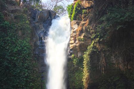 Derasnya air terjun yang jatuh dari atas bebatuan ini seperti mengajak pengunjung untuk menceburkan diri ke dalam sungai