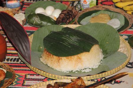 Nasi Tumpeng menjadi salah satu sesjian dalam ritual Ngangkat menjelang perayaan Seren Taun