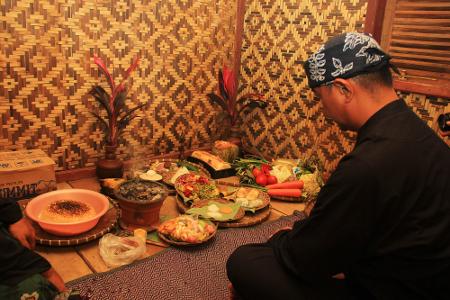 Setelah netepkeun, keesokan harinya para kokolot Kampung Budaya Sindang Barang melakukan ritual Ngembang ke Makam Leluhur sebagai bentuk laporan