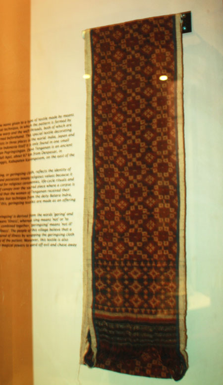Kain Gringsing yang dipamerkan di salah satu galeri Museum Nasional