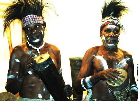Orang Papua sedang memegang Tifa
