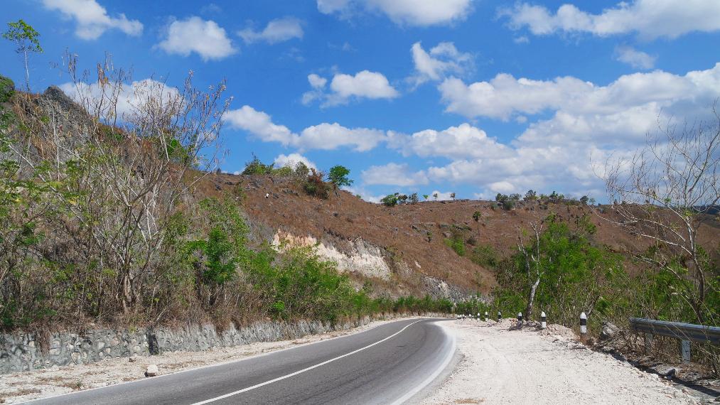 Akses jalan menuju Desa Rindi dari Waingapu, aspalnya bagus!
