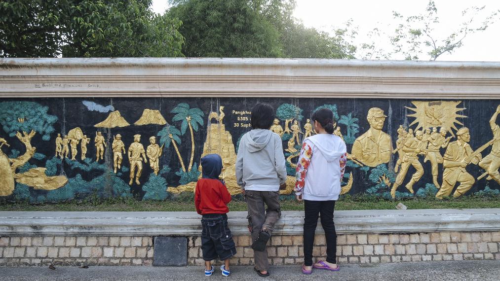 Para pengunjung dapat mengetahui sejarah perjuangan bangsa Indonesia untuk melawan penjajah melalui relief yang dibuat di dinding taman kota