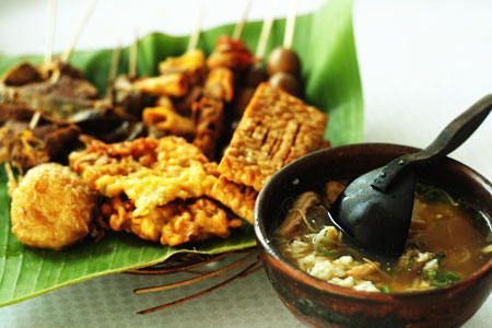 Soto yang disajikan dengan perlengkapan makan yang terbuat dari gerabah