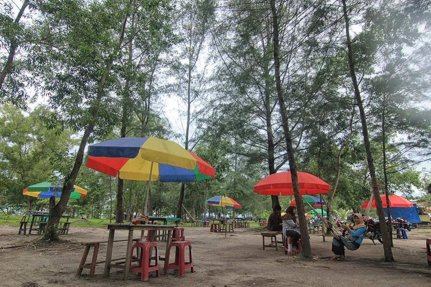 Arena bersantai di Pantai Tanjung Pendam yang menjadi tempat favorit muda-mudi Belitung untuk berkumpul