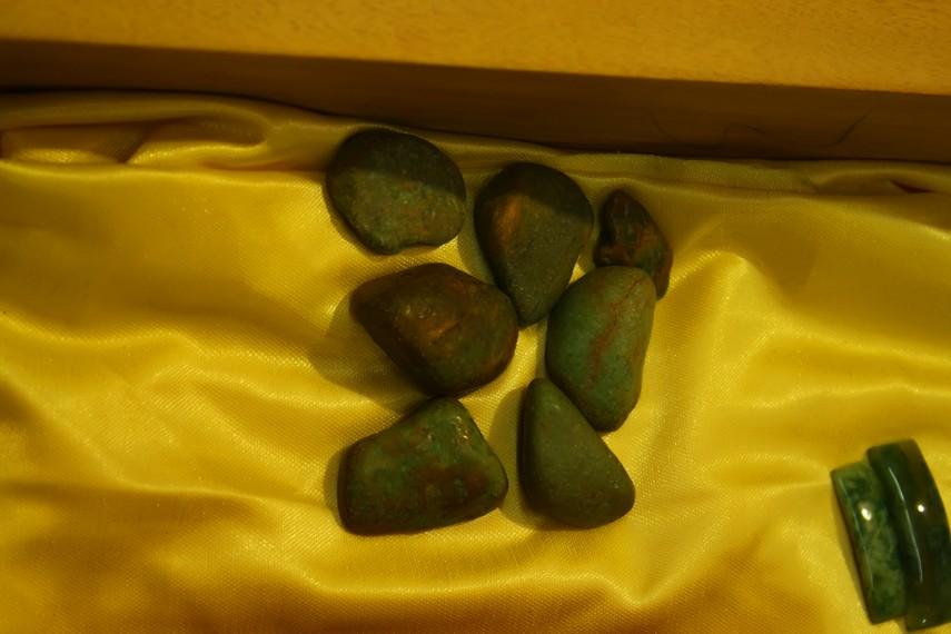 Bahan baku kerajinan batu lumuik adalah batu mentah dari Sungai Batanghari
