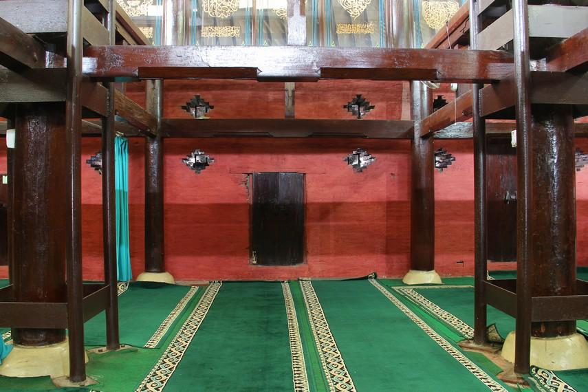 Masjid Sang Cipta Rasa memiliki 30 tiang dan 12 diantaranya masih asli seperti pertama kali dibangun