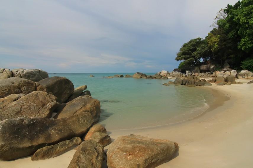 Pantai Tanjung Pesona memiliki garis pantai yang melengkung serta didekorasi bebatuan granit