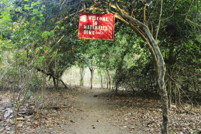 Untuk sampai ke air terjun ini, dapat ditempuh dengan sepeda motor dari Desa Labuan Aji selama 10 menit