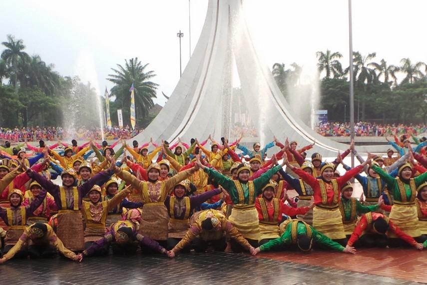 Melihat Tari Ratoh Jaroe, sekilas memang mirip dengan tari saman yang begitu populer di Aceh
