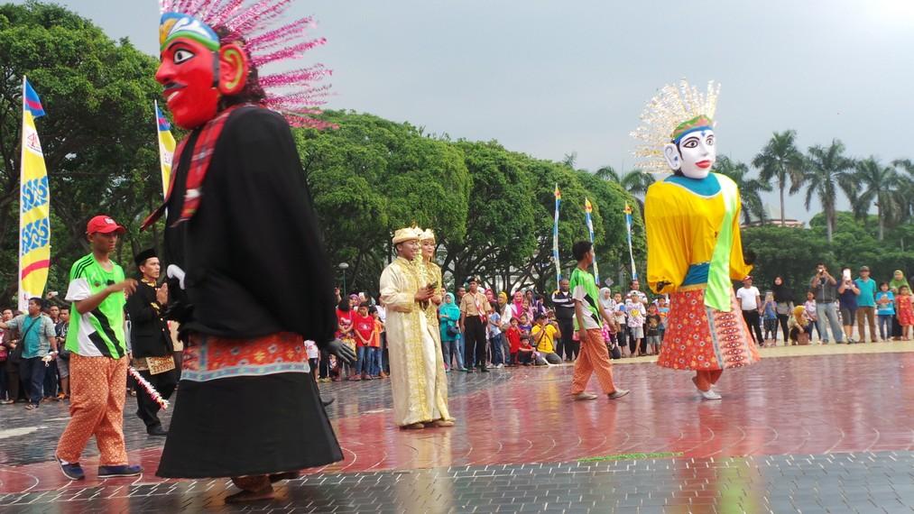 Sebagai tuan rumah, kontingen Jakarta menampilkan ondel-ondel yang merupakan salah satu boneka tradisional masyarakat Betawi