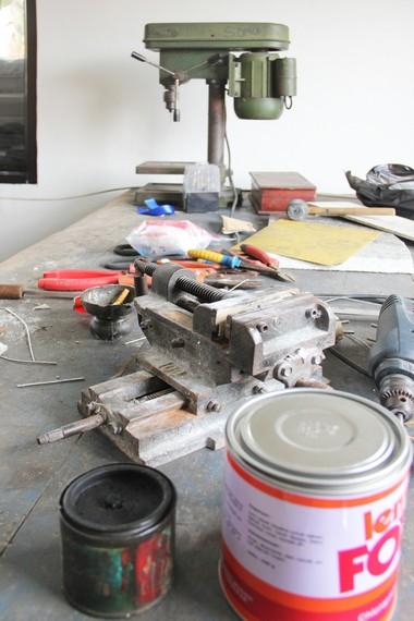 Alat-alat yang digunakan para perajin untuk membuat kerajinan timah secara manual