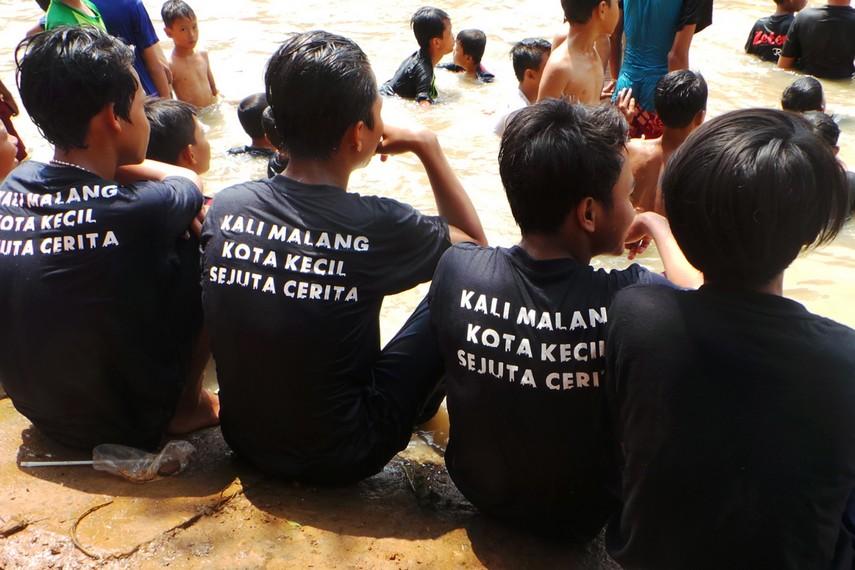 Anak-anak di Kalimalang setiap tahunnya selalu menyambut dengan antusias perayaan hari kemerdekaan dengan tradisi gebuk bantal