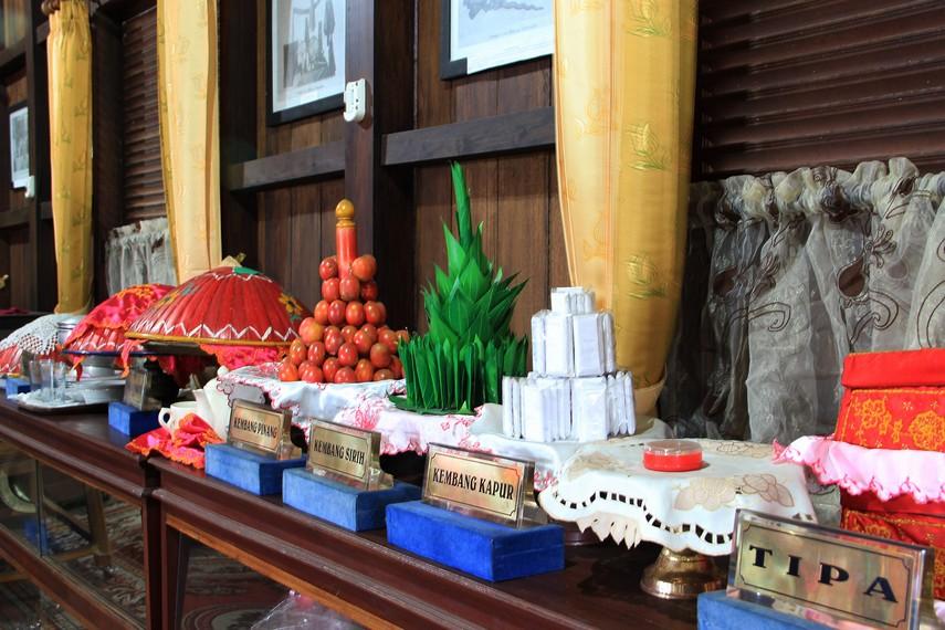 Aneka jenis aksesori pernikahan dalam adat Belitung menjadi bagian pemandangan di ruang utama rumah ini