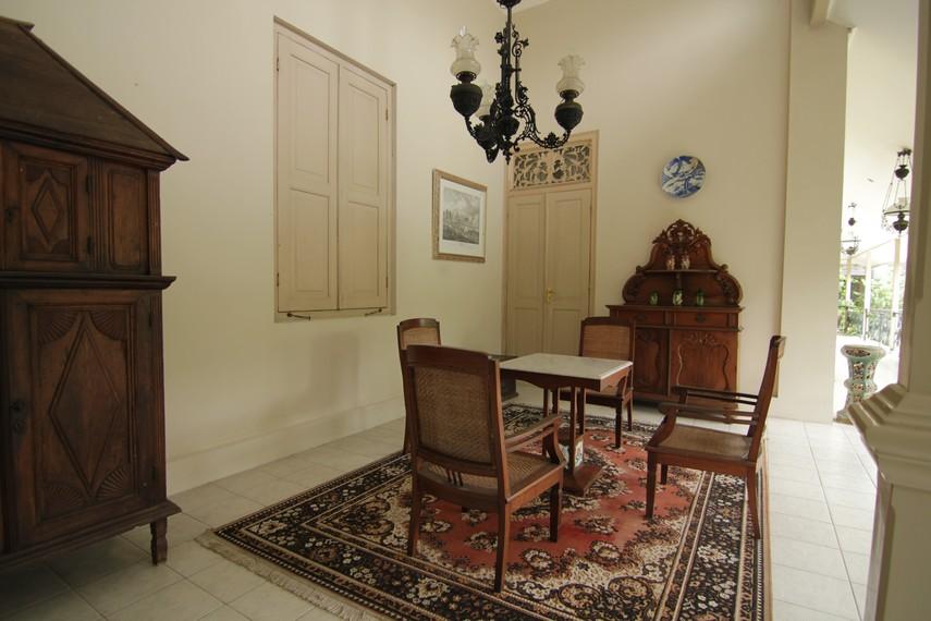 Bagian yang terdapat di sisi rumah ini disebut Gandhok atau nggandri. Bagian ini biasa digunakan untuk minum teh pada sore hari