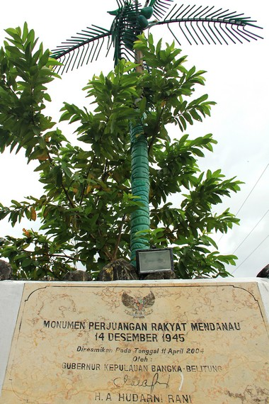 Batu peresmian Menara Perjuangan Rakyat Mendanau yang diresmikan pada tahun 2004