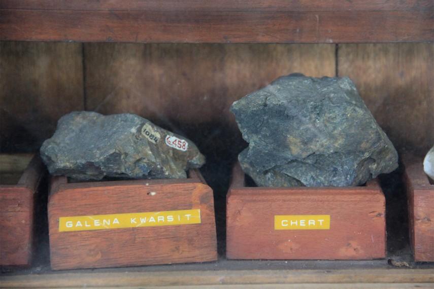 Beberapa jenis batu yang terdapat di Pulau Belitung juga bisa dilihat di salah satu sudut Museum Tanjung Pandan