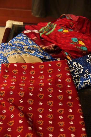 Beberapa motif kain cual ada yang dibuat menggunakan dari benang sutera