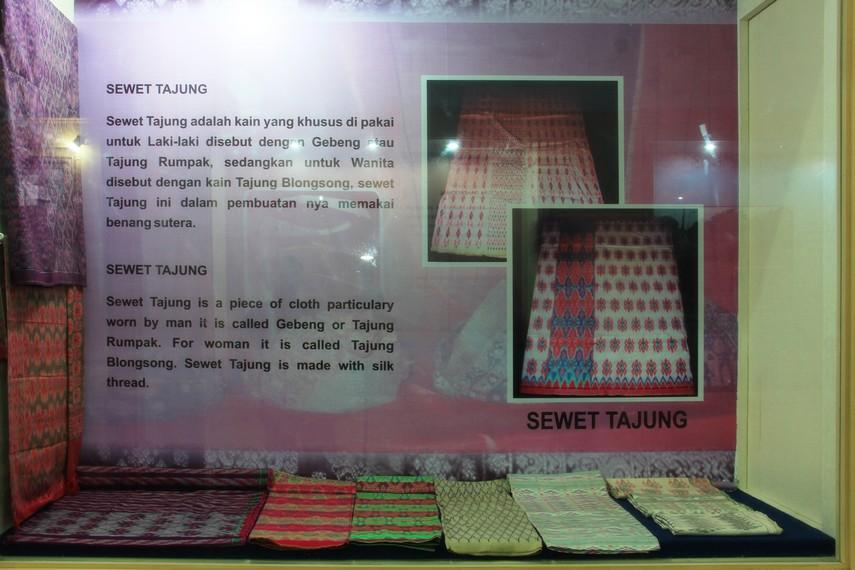 Berbagai kain khas tradisional Palembang juga menjadi salah satu koleksi Museum Sultan Mahmud Badaruddin II