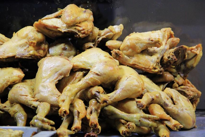 Berbagai olahan daging ayam menjadi bagian menu yang ditawarkan di Pasar Ceplak