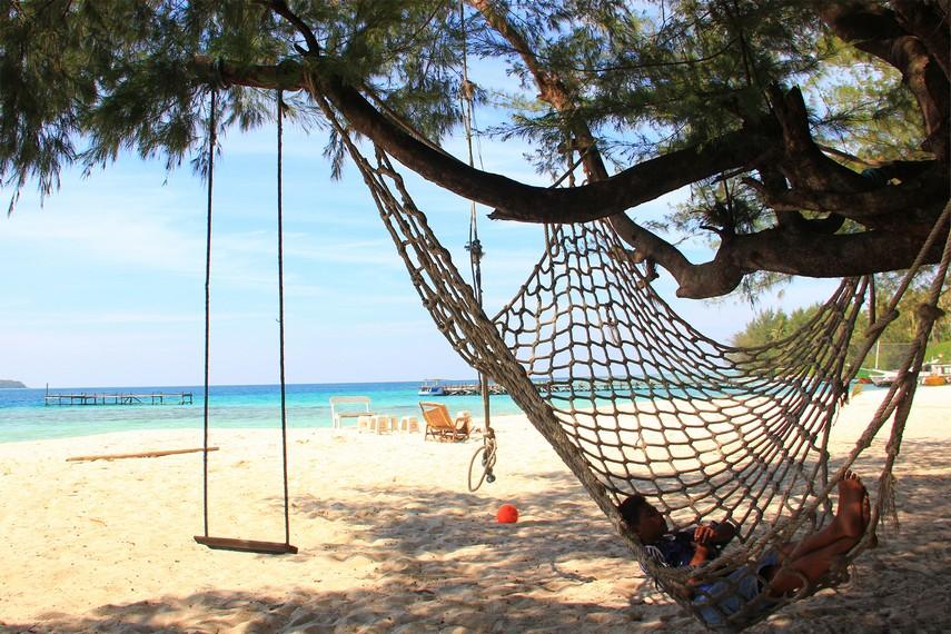 Bersantai di pinggir pantai menjadi aktivitas menyenangkan yang bisa dilakukan di pulau ini