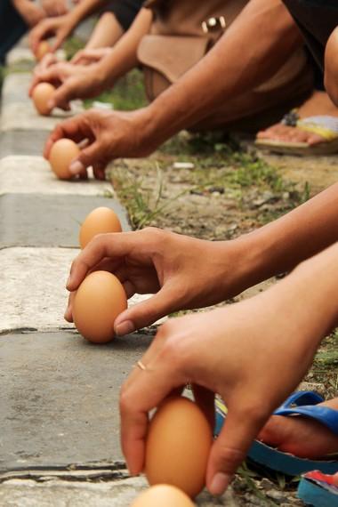 Dalam kepercayaan Tionghoa, orang yang berhasil mendirikan telur dipercaya akan mendapat berkah dari langit