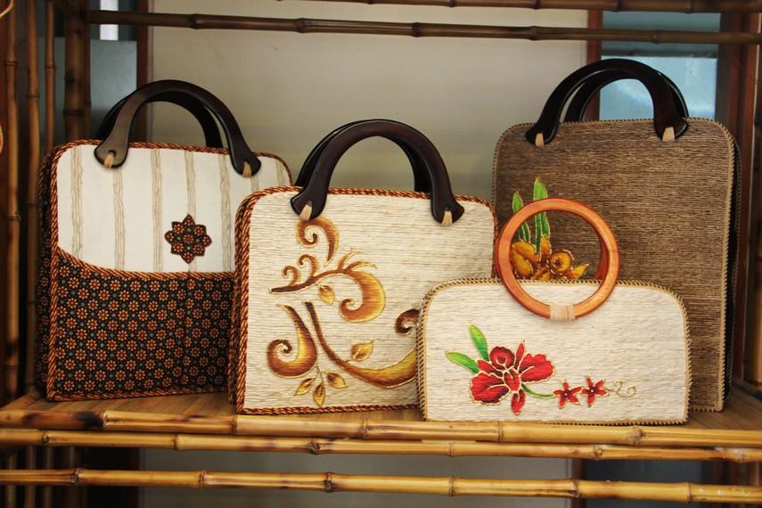 Daun dan batangnya juga bisa digunakan untuk bahan baku kerajinan seperti tas dan pajangan