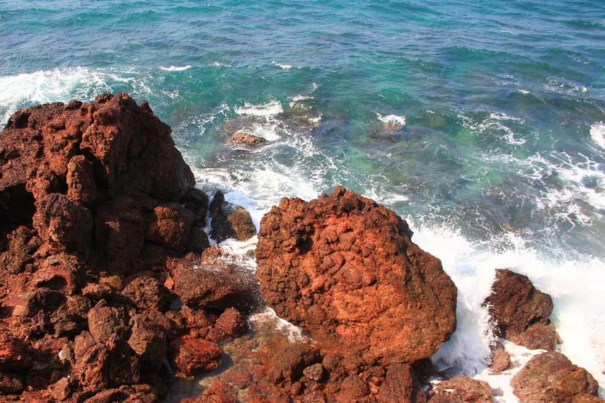 Di area ini pengunjung akan dimanjakan dengan pemandangan birunya laut lepas