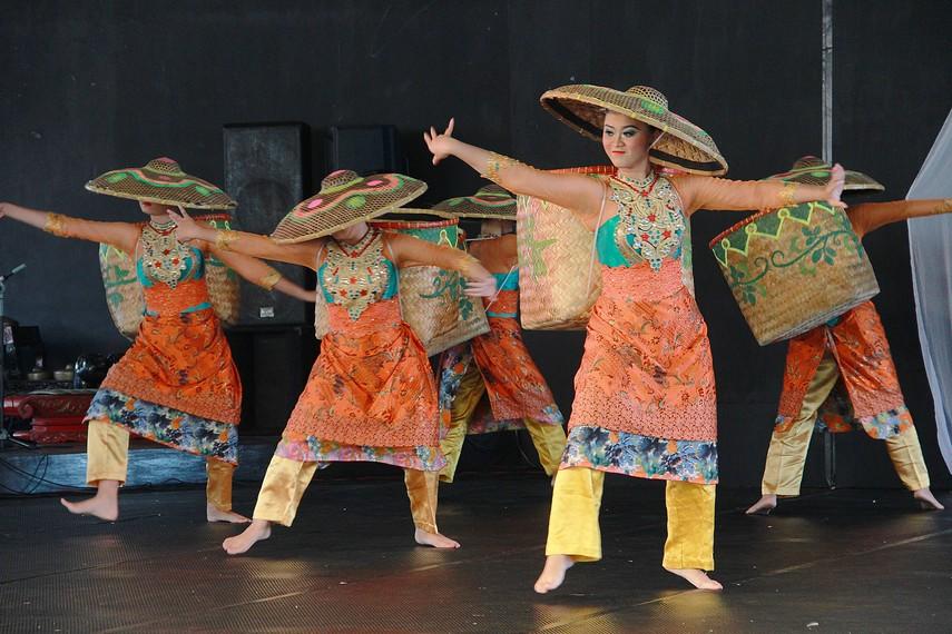 Ekspresi serta gerakan-gerakan yang dilakukan para penari seakan bersiap untuk berangkat ke kebun teh
