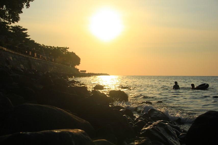 Pantai Malalayang tidak memiliki garis pantai dengan hamparan pasir melainkan bebatuan yang ada di pinggir pantai